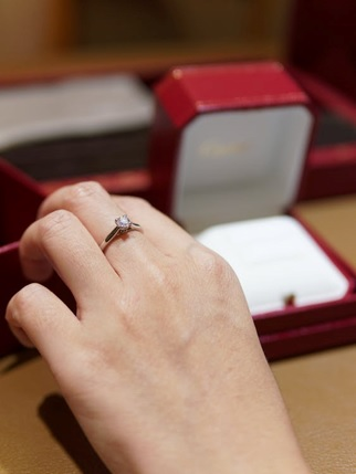 A woman wearing engagement ring made of diamond.